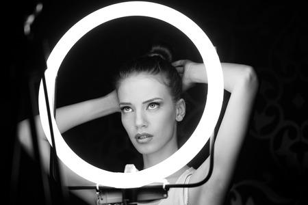 Portret van een mooie vrouw in de studio, backstage Stockfoto