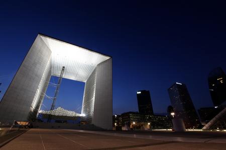 La Grande Arche de la Défense 's avonds verlicht Stockfoto