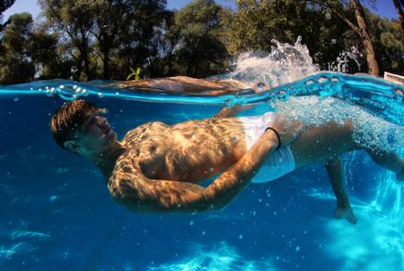 수중 수영장에서 섹시한 남자 다이빙 스톡 콘텐츠