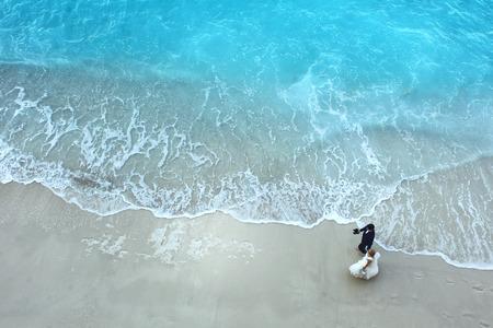 ビーチで新郎新婦