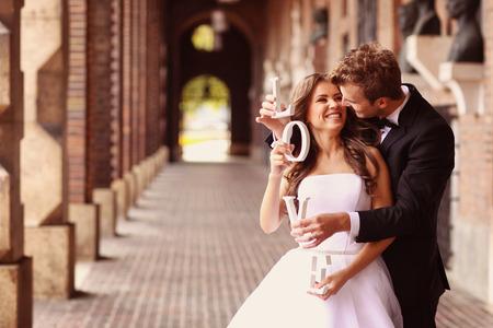 feier: Schöne Braut und Bräutigam umarmt in der Stadt