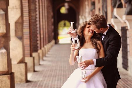 도시에서 포용 아름다운 신부와 신랑 스톡 콘텐츠