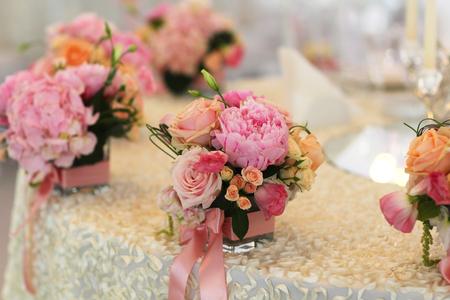우아한 테이블에 아름다운 꽃 꽃다발 장식 스톡 콘텐츠