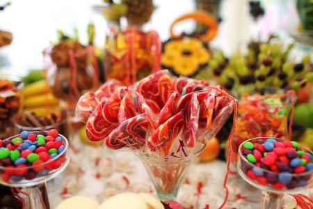 Heerlijke snoepjes bij de candybar van het huwelijk
