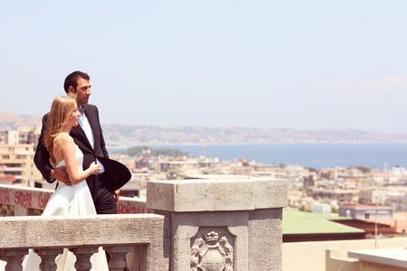 Blije bruid en bruidegom omarmen in de oude stad Stockfoto
