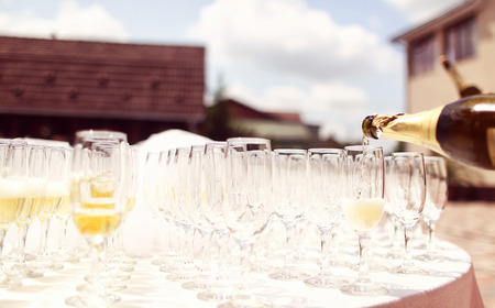 line lines luxury meeting: Many glasses of chamapgne on a wedding day