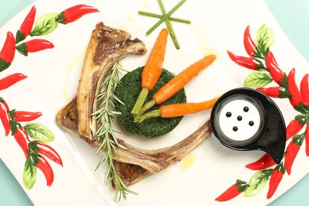comida gourmet: Comida gourmet delicioso con ribbs y zanahorias