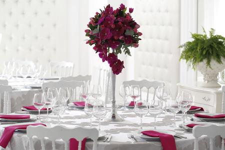 결혼 테이블에 아름 다운 꽃 꽃다발 장식 스톡 콘텐츠
