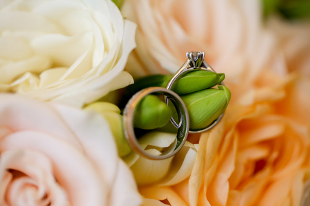 Close up with beautiful bouquet of flowers and rings 版權商用圖片
