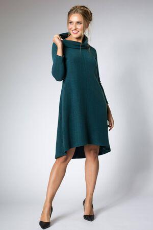 Schönes Mädchen posiert im blauen Kleid