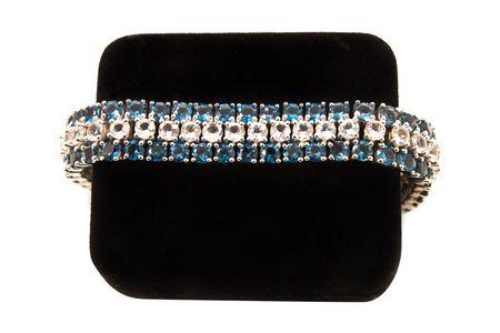 Braccialetto di diamanti blu e bianco su una scatola nera di velluto Archivio Fotografico - 3869128