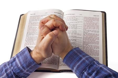 mains pri�re: Prier les mains sur la Bible ouverte