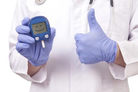 diabetes: M�dico explotaci�n de medidor de az�car en la sangre y que muestra signo de OK. Aislado en blanco