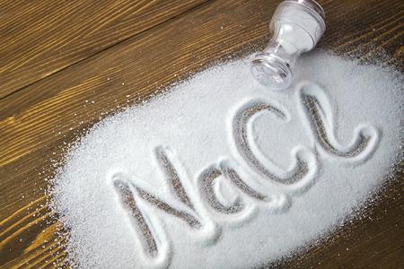 si�o: NaCl escrito em um mont�o de sal - cloreto de s�dio Banco de Imagens