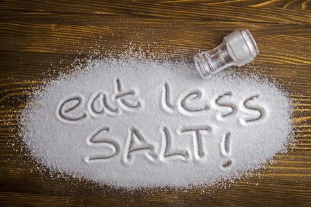 Essen Sie weniger Salz auf einem Haufen von Salz geschrieben - antihypertensive Kampagne Standard-Bild - 29796706
