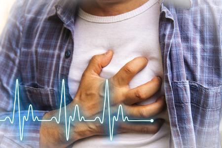 dolor de pecho: Los hombres en camisa azul que tienen dolor en el pecho - un ataque al corazón - Línea latido