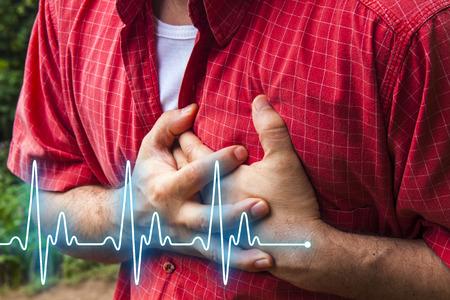 dolor de pecho: Los hombres en camisa roja con dolor en el pecho - un ataque al coraz�n - L�nea latido