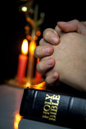 mains pri�re: Saint Biible et des bougies en arri�re-plan. Prier les mains
