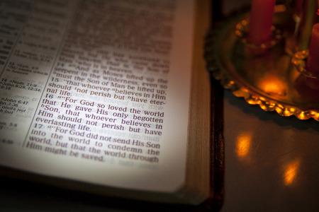 Open Bijbel en Vers van de Bijbel. John 3.16