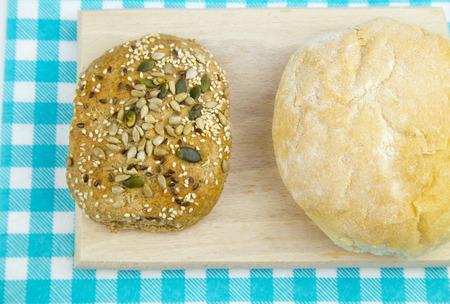 White bread and multigrain bread on table. Imagens - 39338400