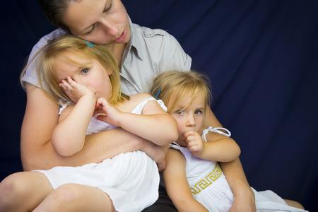 niñas gemelas: Madre que tenga dos niñas gemelas somnolientos. tiro del estudio