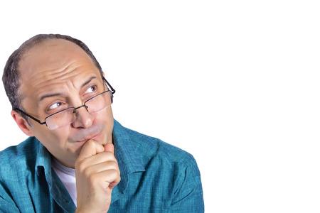 hombre calvo: Retrato del hombre adulto pensamiento y mirando al espacio vac�o. Aislado en blanco