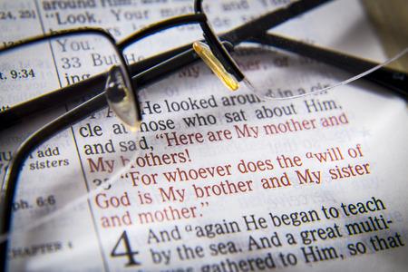 vangelo aperto: Ecco mia madre ei miei fratelli! Per chi fa la volontà di Dio è mio fratello e mia sorella e madre del testo biblico di Giovanni 9:35, la Bibbia. Gli effetti visivi per sottolineare il messaggio. macro Archivio Fotografico