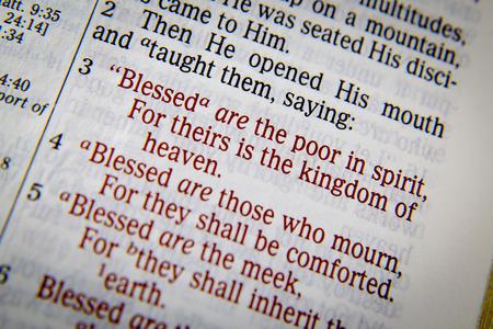 Bibeltext aus Matthäus 5 über Segen. Selig sind die Armen im Geiste, denn ihrer ist das Himmelreich. Gesegnet 4 sind die Trauernden, denn sie werden getröstet werden. 5 Selig sind die Sanftmütigen, denn sie werden das Erdreich besitzen. Standard-Bild - 56550456