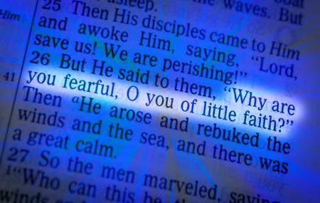 vangelo aperto: Perché avete paura, uomini di poca fede? testo biblico di Giovanni Matteo 8:26, la Bibbia. Gli effetti visivi per sottolineare il messaggio. macro Archivio Fotografico