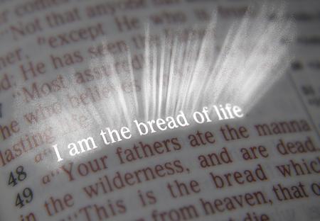 vangelo aperto: Io sono il pane della vita dal testo biblico Giovanni 6:48, la Bibbia. Gli effetti visivi per sottolineare il messaggio. macro Archivio Fotografico