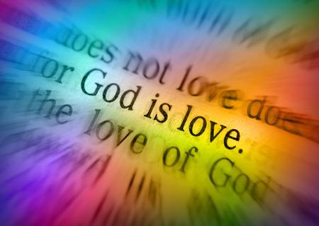 vangelo aperto: DIO È AMORE testo biblico da 1 Giovanni 4: 8, la Bibbia. Gli effetti visivi per sottolineare il messaggio. macro
