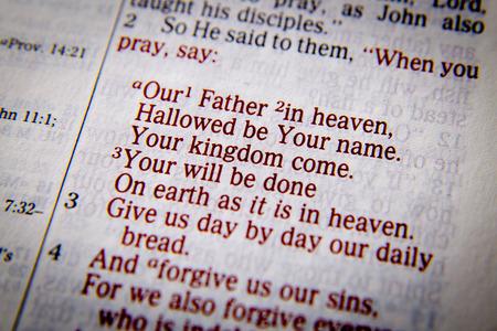 vangelo aperto: Il nostro Padre nei cieli, sia santificato il tuo nome. Venga il tuo regno. La vostra volontà sia fatta in terra come in cielo. 3 Dacci di giorno in giorno il nostro pane quotidiano. 4 E perdonaci i nostri peccati, Preghiera del Signore Luca 11: 2-4, la Bibbia. Gli effetti visivi per sottolineare la messa