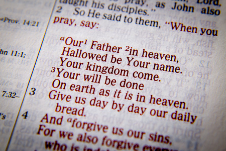 Unser Vater im Himmel, geheiligt werde Dein Name. Dein Reich komme. Dein Wille geschehe auf Erden wie im Himmel ist. 3 Geben Sie uns Tag für Tag unser tägliches Brot. 4 Und vergib uns unsere Sünden, Das Gebet des Herrn Lukas 11, 2-4, die Bibel. Visuelle Effekte die messa betonen Standard-Bild - 56557104