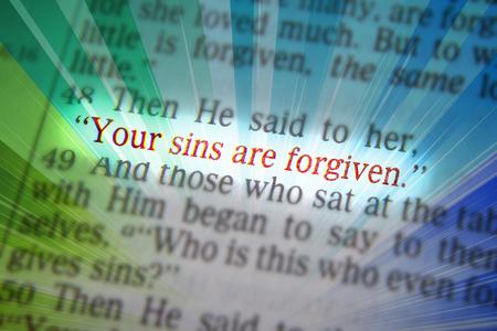 vangelo aperto: I tuoi peccati sono perdonati testo biblico da Luca 07:48, la Bibbia. Gli effetti visivi per sottolineare il messaggio. macro