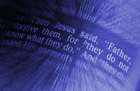 vangelo aperto: Padre, perdona loro, perché non sanno quello che fanno testo biblico da Luca 23:34, la Bibbia. Gli effetti visivi per sottolineare il messaggio. macro Archivio Fotografico