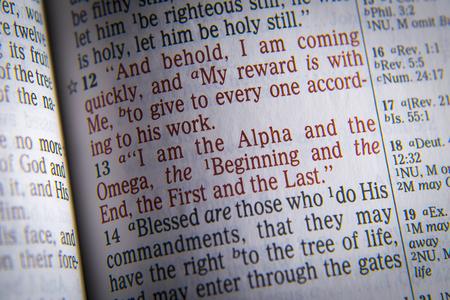 vangelo aperto: Io sono l'Alfa e l'Omega, il Primo e l'Ultimo del testo biblico dell'Apocalisse 1:11, la Bibbia. Gli effetti visivi per sottolineare il messaggio. macro