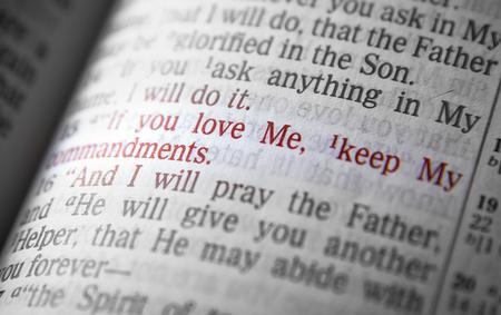 vangelo aperto: Se mi amate, osserverete i miei comandamenti testo biblico da Giovanni 14:15, la Bibbia. Gli effetti visivi per sottolineare il messaggio. macro