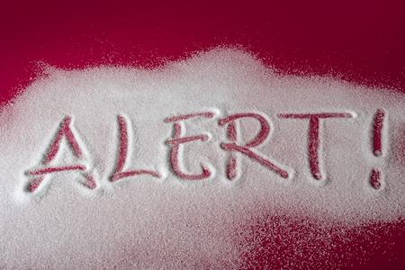 경고 메시지와 빨간색 배경에 설탕 경고 그것에 쓰여진입니다. 건강 개념입니다. 당뇨병 위험