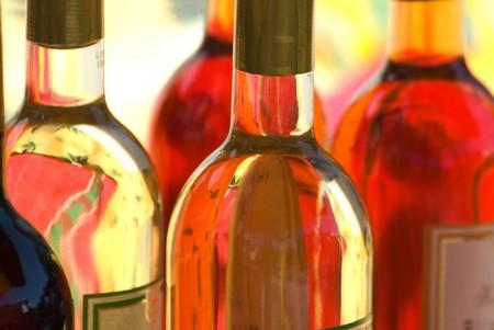 weinverkostung: White Weinprobe und Display in einem Outdoor-Markt im S�den von Frankreich