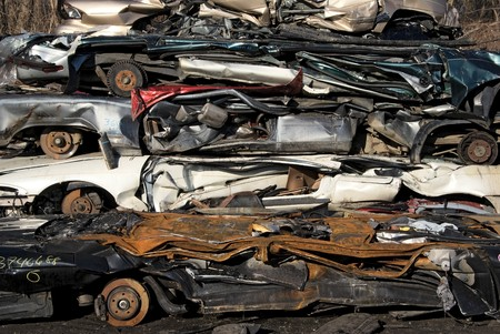 junkyard: Un mont�n de comprimidos coche va a ser desmenuzado