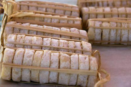 queso de cabra: Paquetes de queso de cabra org�nicos vendidos en el mercado franc�s