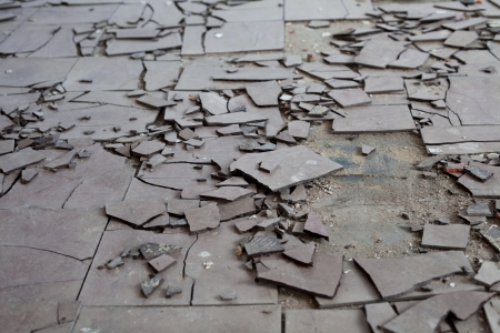 Old and broken asbestos floor tiles Standard-Bild
