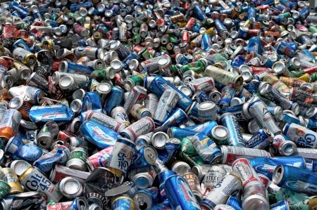 botes de basura: Una carga de las latas de aluminio para ser comprimido y embalado para el reciclaje - En los EE.UU. Editorial