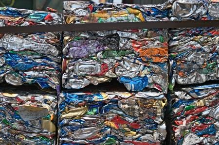 crushed aluminum cans: Peque�os fardos de latas compactados para el reciclaje