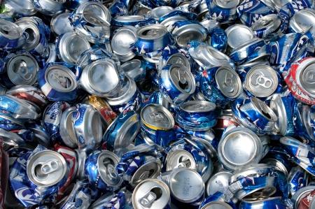 crushed aluminum cans: Latas Aliminum aplastado por el reciclaje Editorial