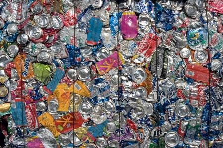 crushed aluminum cans: Una bala de las latas de aluminio para reciclar - En los EE.UU.