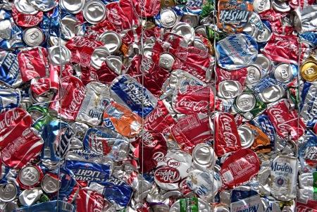 crushed aluminum cans: Una bala de las latas de aluminio para reciclar en una instalaci�n en los EE.UU. Editorial