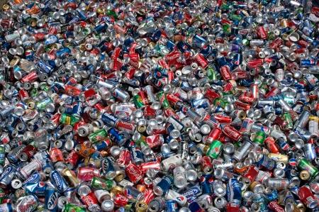 lata de refresco: Las latas de aluminio se encuentran en un montón, se comprimen y embalan