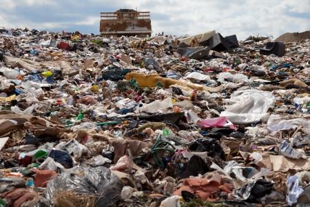contaminacion aire: Camión gestionar la basura en un vertedero