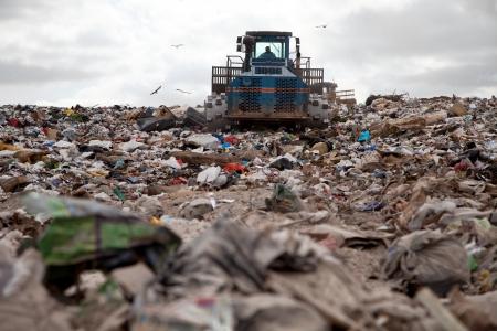 Garbage felhalmozódik hulladéklerakó minden nap, míg teherautó fedi azt homok egészségügyi célú